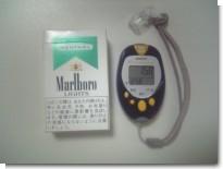 歩数計とタバコ箱